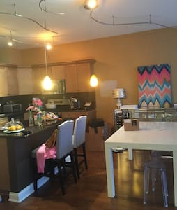 2bed/2Bath WEST LOOP! Bulls/Hawks
