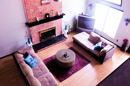Beautifully furnished home next to lake & park - House
