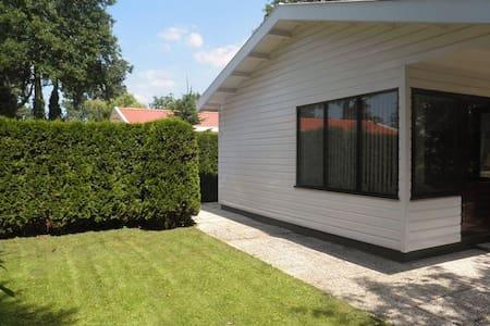 Houten woning (50 m2), ruime tuin