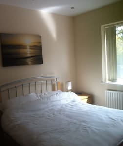 twin or double on suite rooms each with TV, situated  on ground floor of a modern detached house two minutes walk from the centre of Abersoch village.   Ample car parking  Twin room has  bathroom adjacent  Double room has on suite bathroom