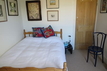 Cosy Double Room in Victorian house - Surbiton - Bed & Breakfast
