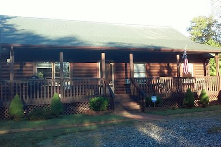 Charming 3/2 log cabin on 2.5 acres - Casa