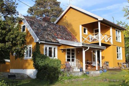 Sjarmerende sommerhus med havutsikt og egen båt. - Hus