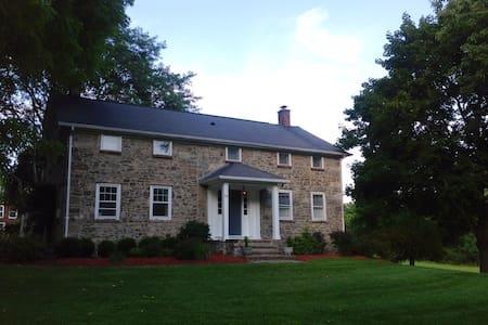 Historic farmhouse on 18 acres - New Hampton - Ev