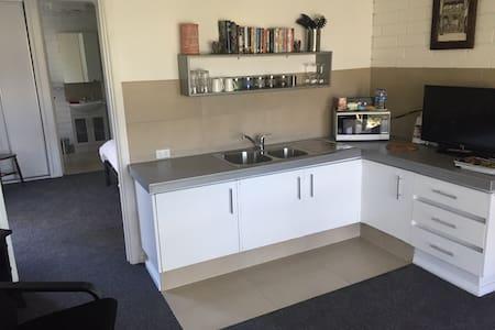 Sunny 1 Bedroom apt in Geelong - Apartment