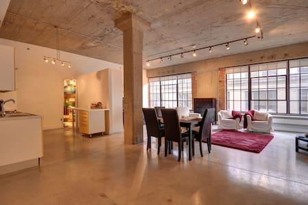 Extravagant Loft in Old Montreal - Condominium