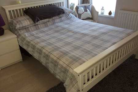 Cosy bedroom in the leafy suburbs - Cardiff - Maison