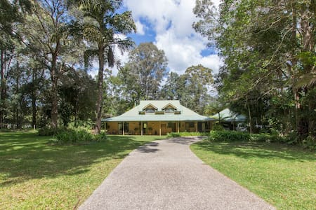 Noosa hinterland, comfy family home - Bed & Breakfast