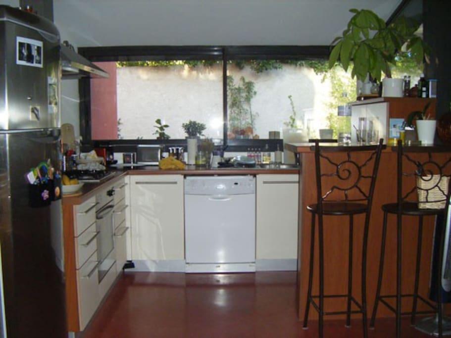 Cuisine dans la pièce principale donnant sur le jardin.