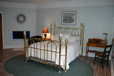 WhiskeyJack Ridge B&B Pinewood Room - Wawa