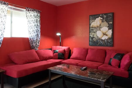 Cozy Red Ruby minutes from Airport! - Apartamento