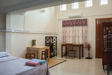 L. Large room, natural light - Phnom Penh - Casa