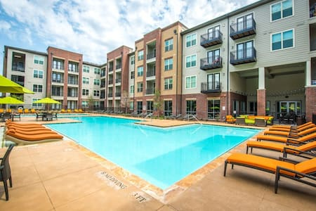 Trendy furnishings and luxury fixtures make this space feel like home! Comfortable, quiet 1-bedroom that makes relaxing easy. Beautiful outdoor space and fabulous kitchen. Perfect size for business or play. Near Addison and 15 mins to Uptown Dallas!