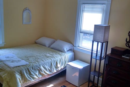 Sunny Room in Antique Victorian - South Portland - House