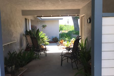 Nice room with twin bed in mid-century ranch house.  Shared bathroom across the hall.  Access to kitchen, yard (pleasant seating), laundry.  Quiet street, one mile north of Claremont Colleges.   Close  to I-210, Mt. Baldy & foothills.  Two cats.
