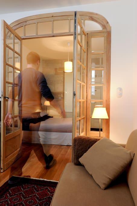 En entrant dans la chambre / Entering the bedroom