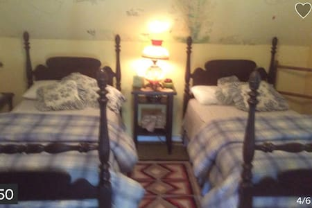 East Wing twin beds at Farmhouse - Hus