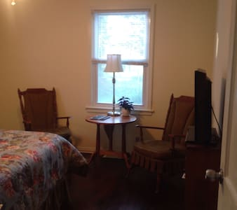 The Cottage is half Bnb, half modern boarding house. Private bedroom,with luxury linens and towels.Queen bed, desk, 2 chairs and table at sunny window, TV, WIFI. Shared bathroom. LR. DR. Kitchen, Covered patio. Breakfast. 2 night miminum for Football
