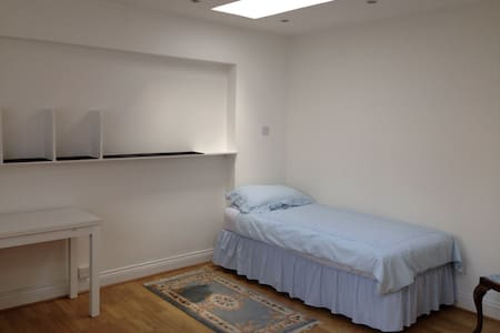 Single bedsit with shared bathroom - Bungalow