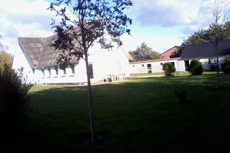 7 personers hus. Tæt på Djurssommerland med Wi-Fi - Allingåbro - Hus