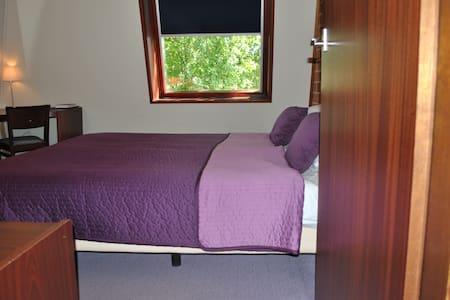 Compacte slaapkamer met badkamer - Szoba reggelivel