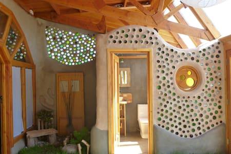 Eco Lodge: Earthship Patagonia w/ Stunning Garden - El Bolsón - Casa nella roccia