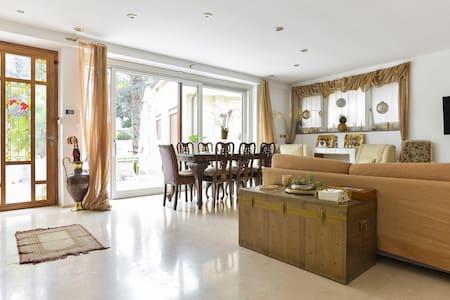 Appartamento lussuoso con giardino. - Casa