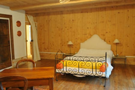 "B&B Ferme des P. ""Chambre Narcisse"" -  Landeyrat - Bed & Breakfast"