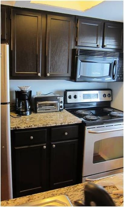 Fully equipped kitchen w/appliances.