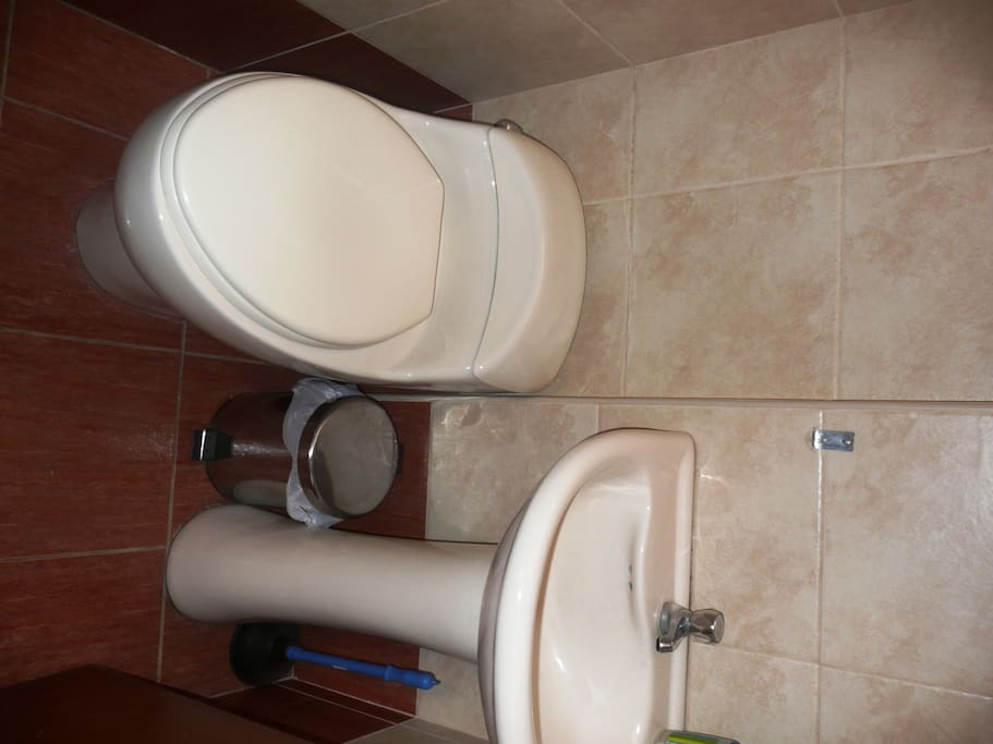 The private Bathroom with hot water shower / El baño privado con Ducha con agua Caliente