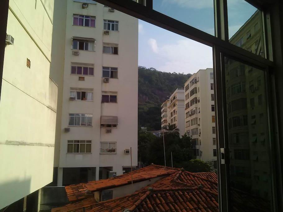 Vista da janela da sala. View from the living room window.