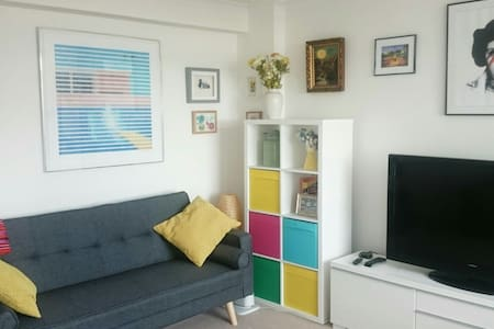 Bright 2 bed close to sea and town - Hove, England, GB - アパート