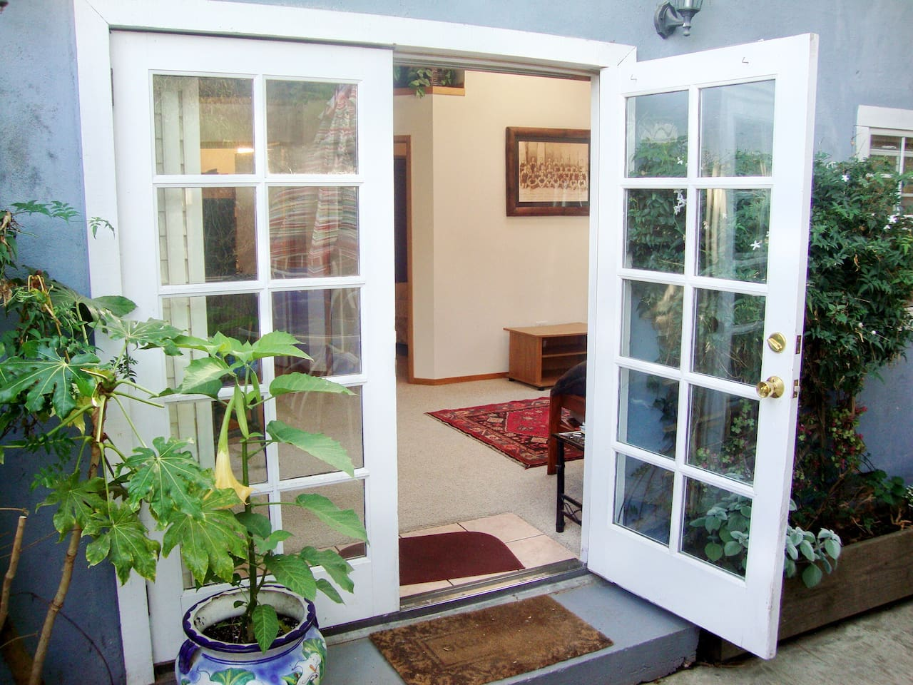 Open the french doors and let the outside sea breeze in!