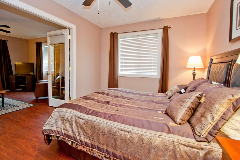 Osprey Suite Master Bedroom with Queen Size Bed