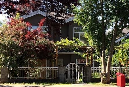 Cozy room off Commercial Drive - Vancouver - Apartment