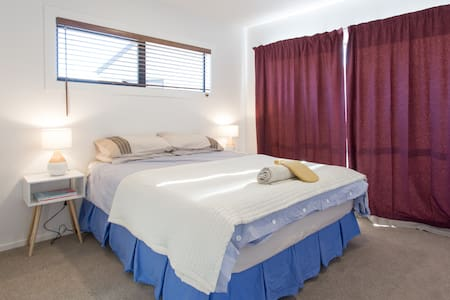 Double room in new & warm house. Shared bathroom - Lower Shotover - House