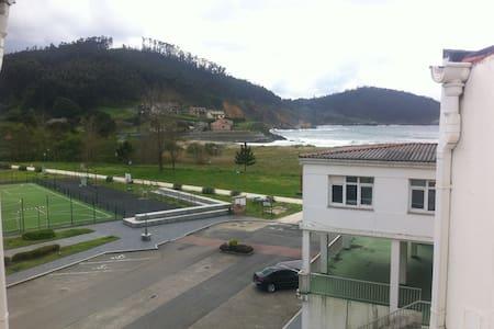 Atico en linea de playa - O Porto de Espasante - Apartament