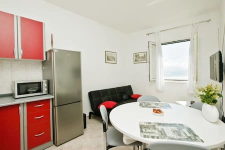 Tone Apartment 20 meters from beach - Kaštel Štafilić