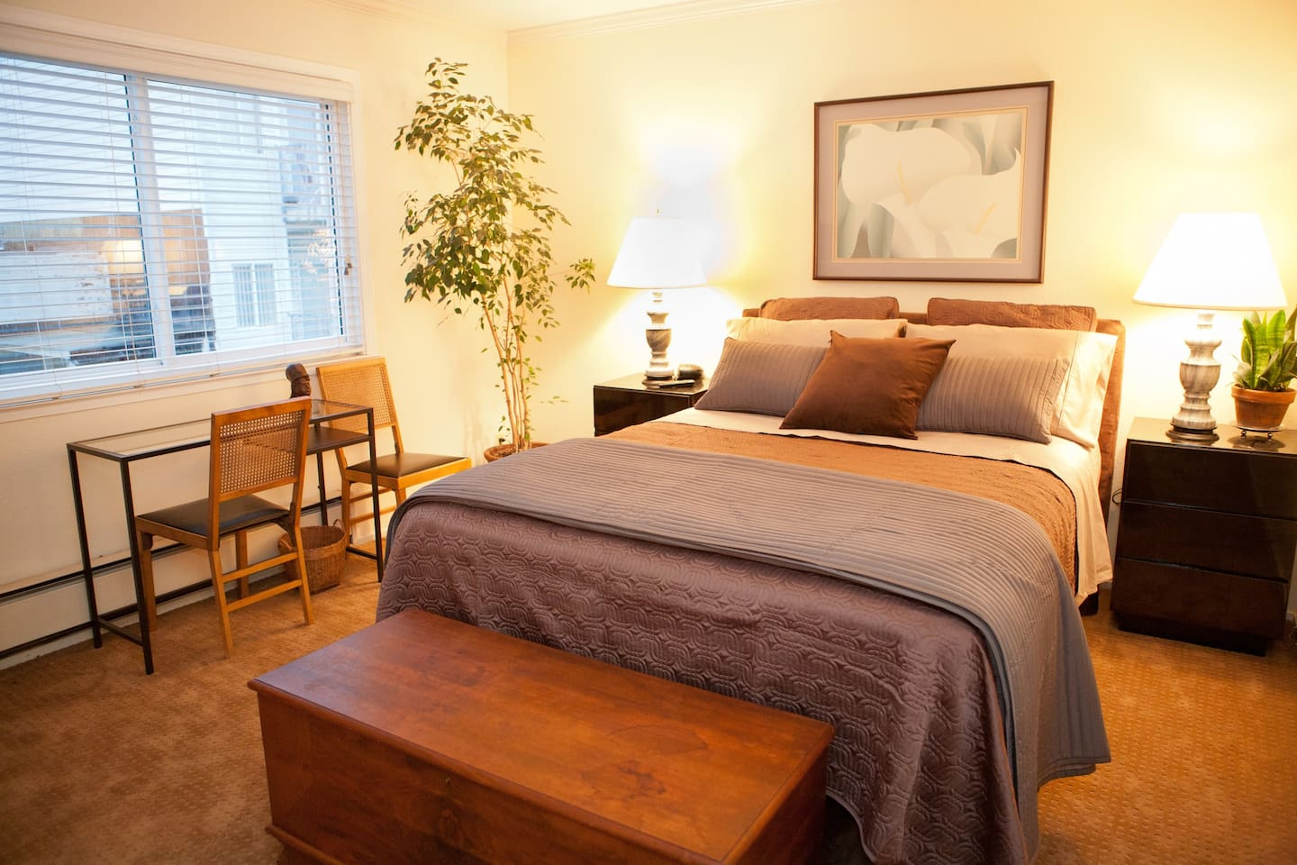 Your SF retreat room, queen bed, quiet rear bedroom
