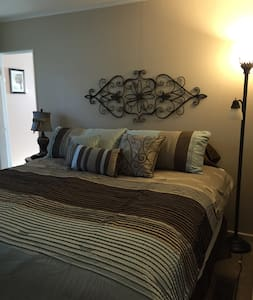 Comfy King room in Village of Lewiston - House