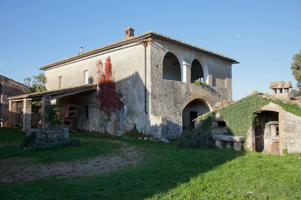 the farmhouse in frot of Palazze Torre: Palazze Logge