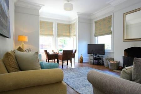 Large double room in large luxury town house. - Hus