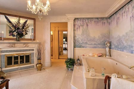 Lavender & Lace Suite @ The Yardley Inn and Spa - Bed & Breakfast