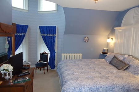 An Elegant Room in a Victorian Home - Niagara Falls - Bed & Breakfast