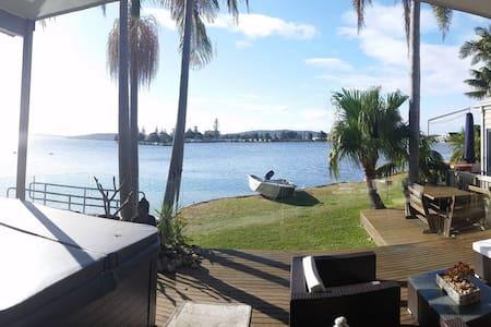 Lakeside spa retreat 5 mins to beach - Ev