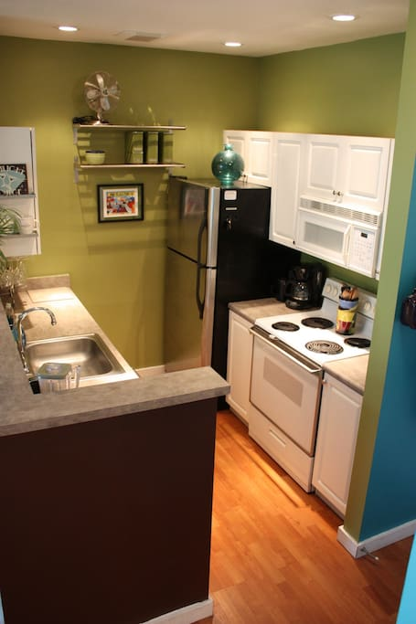 Kitchen with everything you'll need to cook a marvelous meal. Walk to Pike Place Market for super fresh ingredients and an unforgettable experience!