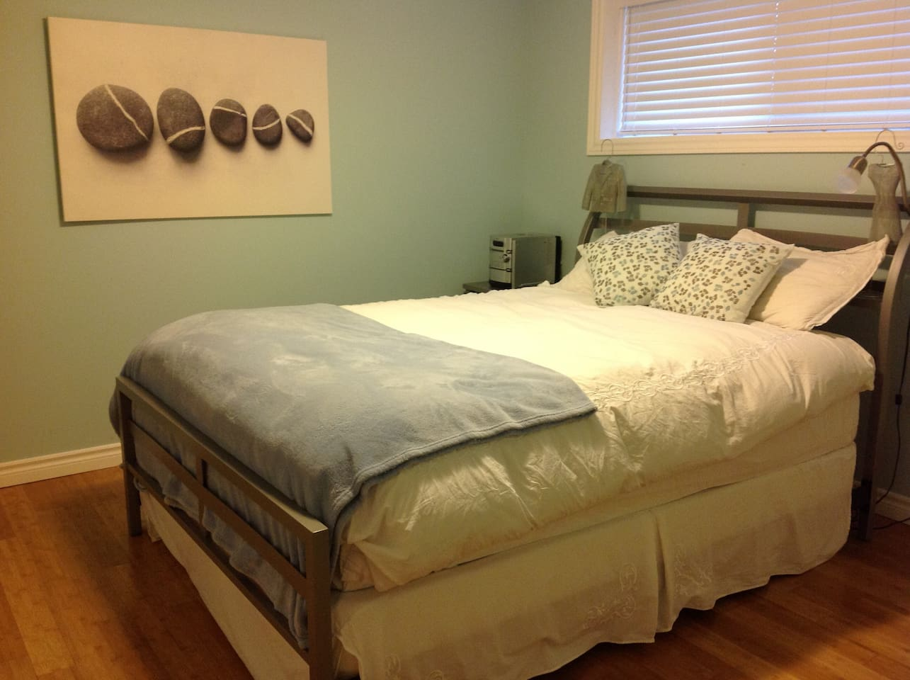 Room with Queen bed - Possibility to add a single matress