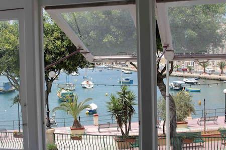 Stylish Waterfront Kalkara home - Casa