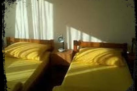 Cosy Private Bedroom -AirCon - Car Pickup +Parking - Split - Bed & Breakfast