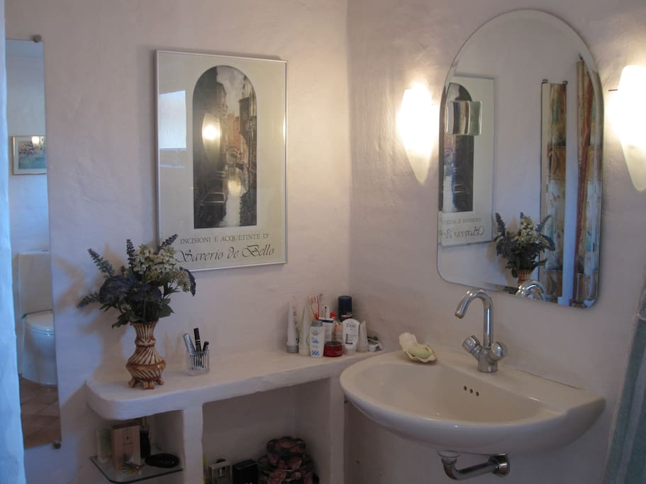 The BB-House - spacious shared bathroom with underfloor heating, sink, toilet and shower area